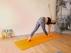 Posture de yoga : le triangle en torsion ou parivrtta trikonasana